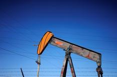 Нефтяной насос-качалка в Денвере. Цены на нефть стабилизировались в ходе вечерних торгов во вторник благодаря ослаблению доллара, спровоцировавшего покрытие коротких позиций, но риски понижательной динамики по-прежнему сохраняются.   REUTERS/Rick Wilking/File Photo
