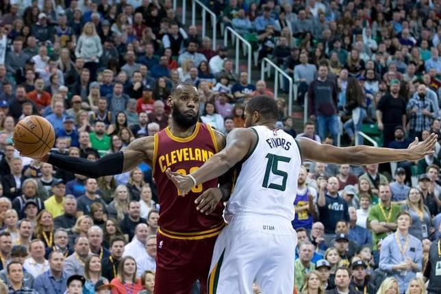 1月10日、米プロバスケットボール協会(NBA)は各地で試合を行い、キャバリアーズはレブロン・ジェームズ(左)の29得点も及ばずジャズに92─100で敗れた(2017年 ロイター/Russ Isabella-USA TODAY Sports)