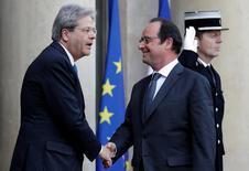 Il premier Paolo Genitiloni e il presidente Francois Hollande si salutano all'Eliseo.  REUTERS/Christian Hartmann