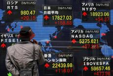Imagen de un hombre mirando pantallas con cotizaciones ante una casa de valores en Tokio, el 16 de noviembre de 2016. El índice Nikkei de la bolsa de Tokio avanzó levemente el miércoles, en una sesión donde las ganancias fueron limitadas antes de una rueda de prensa que el presidente electo de Estados Unidos, Donald Trump, ofrecerá más tarde en el día. REUTERS/Toru Hanai