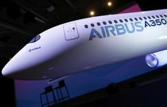 El logo de Airbus se puede ver en un avión a escala durante la conferencia de prensa anual de la compañía, en Blagnac, Francia. 11 de enero 2017. El grupo aeroespacial Airbus reportó el miércoles un alza del 8 por ciento en sus entregas de aviones el año pasado, un récord que le llevó a superar sus propias estimaciones por un cómodo margen, al tiempo que anunció un reciente aumento de sus órdenes hasta ubicarse por encima de los pedidos de su rival Boeing. REUTERS/Regis Duvignau