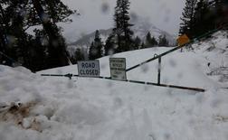 """صورة للافتة مكتوب عليها """"طريق مغلق"""" في كالفورنيا بسبب الثلوج الكثيفة التي تغطي الطريق يوم السابع من يناير كانون الثاني 2017. تصوير: بوب سترونج - رويترز"""