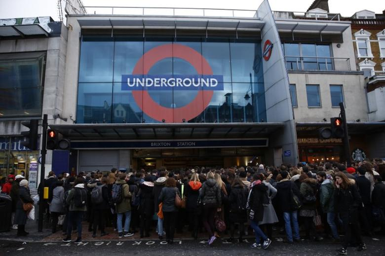 Commuters queue outside Brixton tube station in London, Britain January 10, 2017. REUTERS/Stefan Wermuth - RTX2Y9KT