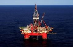 Imagen de archivo de la plataforma de petróleo en el Golfo de México frente a la costa de Veracruz, México. 17 de enero 2014. Las compañías de petróleo y gas aumentarán sus gastos en el 2017 y más que duplicarán el desarrollo de nuevos proyectos, a medida que recuperan la confianza en que la crisis de precios bajos del crudo ya ha finalizado, dijo la consultora Wood Mackenzie. REUTERS/Henry Romero