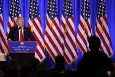 """El presidente electo de Estados Unidos, Donald Trump, en una rueda de prensa en Manhattan, ene 11, 2017. El presidente electo de Estados Unidos, Donald Trump, dijo el miércoles que las empresas farmacéuticas """"se están saliendo con la suya"""" en lo que respecta a lo que le cobran al Gobierno por los medicamentos, y prometió que eso cambiaría.  REUTERS/Lucas Jackson"""