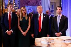 El presidente electo de Estados Unidos, Donald Trump (al centro), junto a sus hijos, antes de comparecer ante la prensa en Nueva York. 11 de enero de 2017. REUTERS/Shannon Stapleton