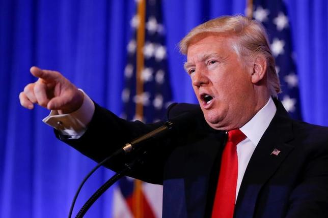 1月11日、トランプ次期米大統領は会見で、製薬会社は「殺人」の罪を犯しているにもかかわらず、罰せられておらず、政府に多額の費用を負担させていると批判、薬価の改革を進める意向を表明した(2017年 ロイター/Shannon Stapleton)