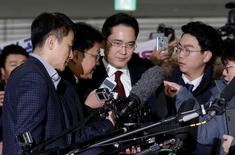 Jay Y. Lee, center, vice chairman of Samsung Electronics, arrives to be questioned as a suspect in bribery case in the influence-peddling scandal that led to the president's impeachment at the office of the independent counsel in Seoul, South Korea, Thursday, Jan. 12, 2017. REUTERS/Ahn Young-joon
