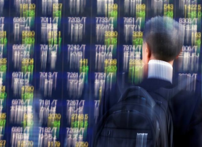 1月12日、東京株式市場で日経平均は反落。注目された米トランプ次期大統領の記者会見で経済政策への言及がなく、円相場が強含み利益確定の売りが広がった。写真は都内で昨年11月撮影(2017年 ロイター/ Issei Kato)