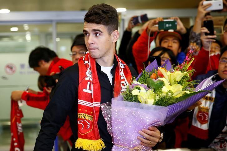 Brazilian international midfielder Oscar arrives at the Shanghai Pudong International Airport, after agreeing to join China super league football club Shanghai SIPG from Chelsea in Shanghai, China, January 2, 2017.  REUTERS/Aly Song