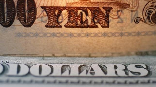 1月12日、トランプ米次期大統領の会見が肩透かしとなったことで、ドル/円は約2円の急落。米経済指標は改善しているが、米金利を押し上げてきた米財政政策の中味が不透明なままで、ドル高を中核にしたトランプ相場は大きな分岐点にさしかかった。都内で2009年撮影(2017年 ロイター/Yuriko Nakao)