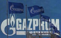 Флаги с логотипом Газпрома в Санкт-Петербурге. 14 ноября 2013 года. Российская газовая монополия Газпром вышла на абсолютную максимальную суточную пропускную способность Северного потока, обновив рекорд экспорта газа в дальнее зарубежье, сообщила компания в четверг. REUTERS/Alexander Demianchuk (RUSSIA - Tags: BUSINESS ENERGY)