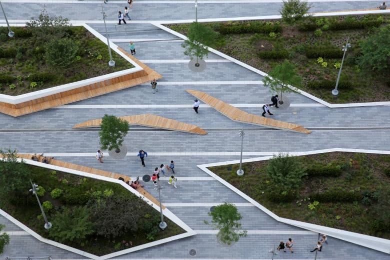 People walk through the newly opened Liberty Park above Liberty Street on the World Trade Center site in the Manhattan borough of New York, U.S., June 29, 2016.  REUTERS/Andrew Kelly