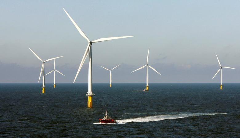 File Photo: A crew boat passes through Horns Rev 2, the world's largest wind farm, 30 km (19 miles) off the west coast of Denmark near Esbjerg September 15, 2009.   REUTERS/Bob Strong/File Photo