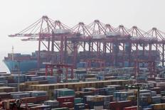 Судно Triple-E Majestic Maersk в порту Шанхая 24 сентября 2016 года. Китайский экспорт продолжил снижение в 2016 году из-за  сокращения поставок на фоне сохраняющегося слабого глобального спроса, в то время как чиновники опасаются торговой войны с США, что омрачает прогнозы на 2017 год. REUTERS/Aly Song