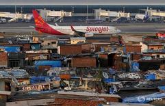 Самолёт SpiceJet в аэропорту Мумбаи 19 декабря 2014 года. Индийский бюджетный авиаперевозчик SpiceJet сообщил в пятницу, что договорился о покупке 100 новых самолётов MAX 737 у Boeing с опционом на приобретение ещё 50, стремясь увеличить парк и присутствие на самом быстроразвивающемся в мире авиационном рынке. REUTERS/Shailesh Andrade/File Photo