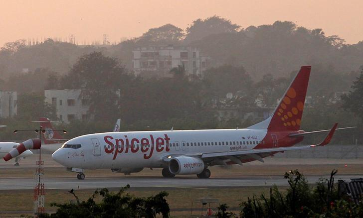 FILE PHOTO: A SpiceJet Boeing 737-800 aircraft taxis on the tarmac after landing at Chhatrapati Shivaji international airport in Mumbai November 26, 2012. REUTERS/Danish Siddiqui/File Photo