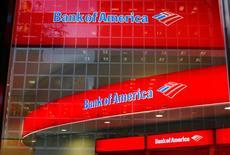 Bank of America a annoncé vendredi une hausse de 46,8% de son bénéfice trimestriel, donnant le coup d'envoi d'une série de résultats bancaires qui s'annoncent solides grâce au regain d'activité provoqué sur les marchés financiers par l'élection de Donald Trump à la présidence des Etats-Unis. /Photo d'archives/REUTERS/Lucas Jackson
