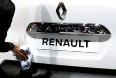Рабочий протирает Renault Captur на Европейском автошоу в Брюсселе. Французские прокуроры начали расследование в отношении Renault из-за подозрений в махинациях с показателями вредных выбросов автомобилей, сказал Рейтер источник в прокуратуре Парижа в пятницу. REUTERS/Francois Lenoir