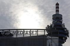 La tour Mediaset, à Cologno Monzese, près de Milan. Vivendi a versé 1,17 milliard d'euros pour acquérir 25,7% de Mediaset entre les 13 et 22 décembre 2016, selon des documents boursiers. /Photo d'archives/REUTERS/Stefano Rellandini