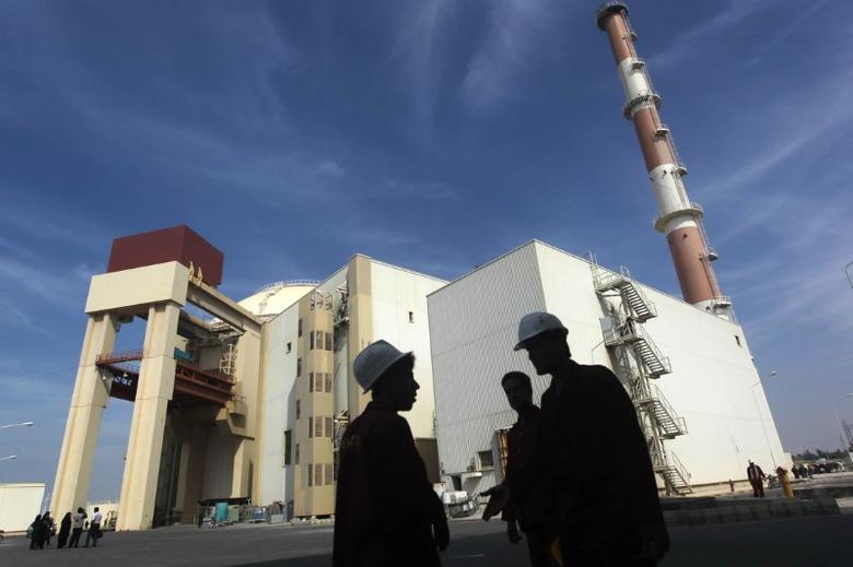 Iranian workers stand in front of the Bushehr nuclear power plant, about 1,200 km (746 miles) south of Tehran October 26, 2010.REUTERS/Mehr News Agency/Majid Asgaripour