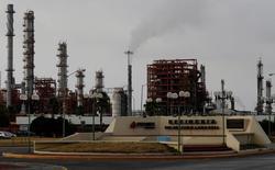Imagen de archivo de la refinería de la petrolera mexicana Pemex en Cadereyta, en el estado de Nuevo León. 31 julio 2016. La petrolera estatal mexicana Pemex comenzó a vender crudo pesado tipo Maya a los refinadores de la Costa Oeste de Estados Unidos por vez primera desde 2008, dijo el jefe de la división comercial internacional de la compañía. REUTERS/Daniel Becerril
