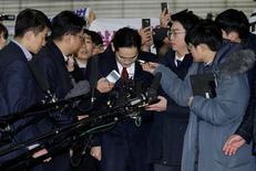 Jay Y. Lee, vicepresidente de Samsung Electronics, se inclina a su llegada a un interrogatorio en Seúl. 12 de enero de 2017. El fiscal especial de Corea del Sur dijo el domingo que tomará en cuenta el impacto económico de un eventual arresto del líder del Samsung Group, Jay Y. Lee, en relación con una investigación de tráfico de influencias que involucra a la presidenta. REUTERS/Ahn Young-joon/Pool
