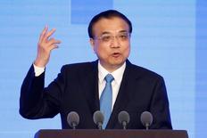 L'économie chinoise restera confrontée à des difficultés en 2017 et les changements à l'international ajoutent des éléments d'incertitude, a déclaré le Premier ministre Li Keqiang. /Photo d'archives/REUTERS/Aly Song