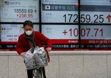 La Bourse de Tokyo a fini en baisse lundi. L'indice Nikkei a perdu 1,0%. /Photo prise le 10 novembre 2016/REUTERS/Toru Hanai