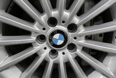 El presidente electo de Estados Unidos, Donald Trump, ha advertido que Washington impondrá un impuesto fronterizo de 35 por ciento a los coches  que la automotriz alemana BMW planea construir en una nueva planta en México y exportar al mercado estadounidense. En la imagen de archivo, un  logo de BMW en la rueda de un coche en Ciudad de México el 3 de julio de 2014. REUTERS/Carlos Jasso