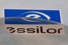 Essilor et l'italien Luxottica ont annoncé lundi une fusion pour créer un nouveau géant du secteur de l'optique, pesant 46 milliards d'euros en Bourse, selon leur valorisation actuelle. /Photo d'archives/REUTERS/Philippe Wojazer