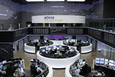 Les Bourses européennes évoluaient en baisse lundi dans les premiers échanges. À Paris, l'indice CAC 40 recule de 0,61%.  À Francfort, le Dax cède 0,59% et à Londres, le FTSE  cède 0,04%. /Photo prise le 13 janvier 2017/REUTERS