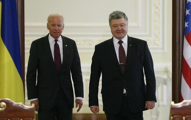 Ukrainian President Petro Poroshenko (R) and U.S. Vice President Joe Biden attend a news conference in Kiev, Ukraine, January 16, 2017. REUTERS/Gleb Garanich