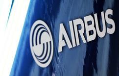 En la imagen, el logo de Airbus en Toulouse, Francia, el 11 de enero de 2017. Airbus tiene previsto probar antes de final de año el prototipo de un vehículo volador autopilotado como una forma de evitar los embotellamientos en las grandes ciudades, dijo el lunes el presidente ejecutivo del grupo aeroespacial.    REUTERS/Regis Duvignau