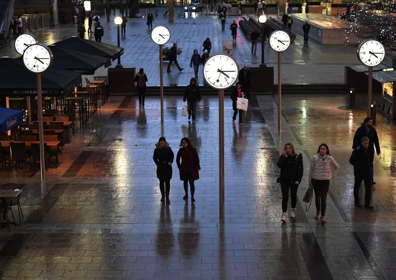 People walk accross a plaza in the Canary Wharf financial district in London, Britain January 9, 2017. REUTERS/Dylan Martinez