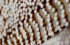 Imagen de archivo de cigarros en el proceso de manufacturación en una fábrica en Bayreuth, sur de Alemania. 30 de abril, 2014. British American Tobacco acordó la adquisición de su rival estadounidense Reynolds American Inc por 49.400 millones de dólares, lo que creará la mayor compañía de tabaco del mundo que cotiza en bolsa, tras mejorar una oferta anterior de más de 2.000 millones de dólares. REUTERS/Michaela Rehle/File Photo