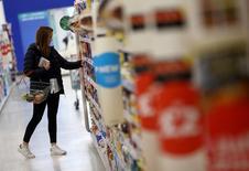 """En la imagen, una mujer compra en una tienda de Sainsbury's en Londres, Reino Unido, el 11 de octubre de 2016. La inflación británica subió más de lo esperado en diciembre hasta alcanzar su nivel más alto desde mediados de 2014, impulsada la caída del valor de la libra esterlina por el efecto del """"Brexit"""".REUTERS/Neil Hall/File Photo"""