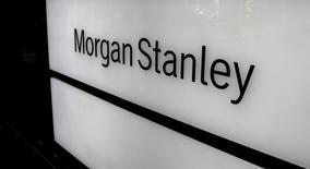 El banco Morgan Stanley duplicó su beneficio trimestral en el último trimestre del año pasado, superando con creces las expectativas, debido a un aumento de las operaciones de intermediación tras las elecciones presidenciales de Estados Unidos. En la imagen, el logo de Morgan Stanley en un edificio de oficinas en Zurich, el 22 de septiembre de 2016.  REUTERS/Arnd Wiegmann/File Photo