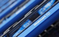 Carros de compra en una tienda Wal-Mart Express en Chicago. Wal-Mart Stores Inc anunció el martes que creará 10.000 puestos de trabajo en Estados Unidos este año, una cifra similar a la de los años previos, en momentos en que el presidente electo Donald Trump presiona a las compañías para contratar a más estadounidenses. REUTERS/John Gress/Foto de archivo