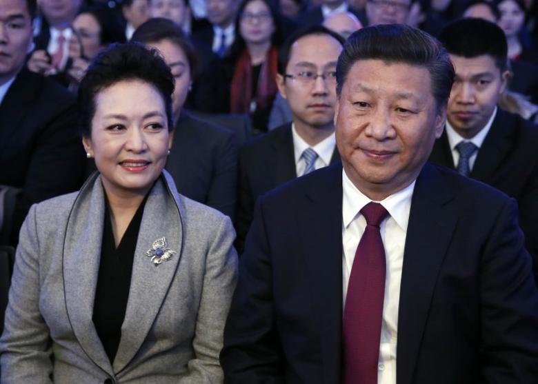 Chinese President Xi Jinping (R) and his wife Peng Liyuan attend the World Economic Forum (WEF) annual meeting in Davos, Switzerland January 17, 2017.  REUTERS/Ruben Sprich - RTSVUZ6
