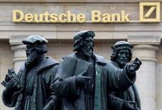 Здание Deutsche Bank во Франкфурте-на-Майне. Deutsche Bank завершил стоившее ему $7,2 миллиарда урегулирование претензий Минюста США в связи с операциями с проблемными ипотечными бумагами в преддверии финансового кризиса 2008 года, сообщило ведомство во вторник.  REUTERS/Kai Pfaffenbach/File Photo
