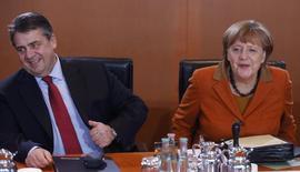 El ministro alemán de Economía, Sigmar Gabriel, dijo el miércoles que la Unión Europea necesitaba trabajar en un nuevo Pacto de Estabilidad y Crecimiento porque el actual hacía demasiado hincapié en la estabilidad y no el suficiente en el crecimiento. En la imagen,  Gabriel (i) y la canciller Angela Merkel en Berlín el 18 de enero de 2017.     REUTERS/Hannibal Hanschke