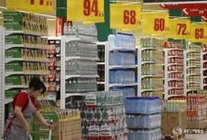 Сотрудница Ашана убирает в зале магазина в Москве 13 декабря 2016 года. Индекс потребительских цен в РФ за период с 10 по 16 января 2017 года вырос на 0,1 процента, тогда как за предыдущую неделю инфляция составила 0,3 процента, сообщил в среду Росстат. REUTERS/Maxim Shemetov