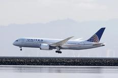 United Continental Holdings, à suivre à Wall Street. Le propriétaire de United Airlines a fait état mardi d'une baisse de 1,6% de son chiffre d'affaires unitaire au quatrième trimestre, une évolution meilleure que prévu initialement. Le titre cédait environ 1% dans les transactions hors séance, à 72,61 dollars. /Photo d'archives/REUTERS/Louis Nastro