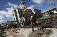 Un obrero en la construcción de un complejo de edificios en Olinda, Brasil, mayo 7, 2010. La peor recesión en la historia de Brasil probablemente terminará en 2017, con un legado de inflación baja, tasas de interés de un solo dígito y un desempleo duradero para millones de personas, mostró un sondeo de Reuters.  REUTERS/Bruno Domingos