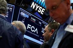 Трейдеры на Уолл-стрит. Американский фондовый индекс Dow в среду снижается четвертый торговый день подряд, тогда как индексы S&P 500 и Nasdaq меняются незначительно в преддверии сегодняшнего выступления главы ФРС Джанет Йеллен. REUTERS/Brendan McDermid
