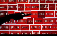 """La cantidad de nuevos suscriptores en Estados Unidos y el extranjero de Netflix superó las previsiones tras el estreno de varias series como el drama británico """"The Crown"""" y el relanzamiento de """"Las Chicas Gilmore"""". En la imagen, el logo de Netflix en Encinitas, California, EEUU, el 14 de octubre de 2014.   REUTERS/Mike Blake/File Photo"""