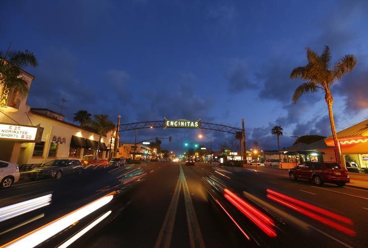 Traffic flows along Coast Highway 101 through San Diego's North County beach town of Encinitas, California March 31, 2014.  REUTERS/Mike Blake