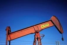 Una bomba de pozo de petróleo se ve en un campo de suministro de crudo cerca de Denver, Estados Unidos. 2 de febrero 2015. Los inventarios de crudo en Estados Unidos aumentaron inesperadamente la semana pasada por una baja abrupta en la producción de refinerías, mientras que las existencias de gasolina subieron y las de destilados declinaron, informó el jueves la Administración de Información de Energía (EIA).  REUTERS/Rick Wilking/File Photo