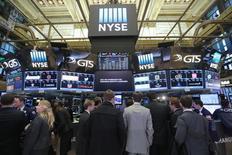 Wall Street a fini en légère baisse jeudi à la veille de l'investiture de Donald Trump, les investisseurs préférant rester sur la défensive en attendant les premières annonces concrètes du 45e président des Etats-Unis. L'indice Dow Jones des 30 grandes valeurs a cédé 72,32 points, soit 0,37%, à 19.732,40, sa cinquième baisse en autant de séances. /Photo prise le 19 janvier 2017/REUTERS/Stephen Yang